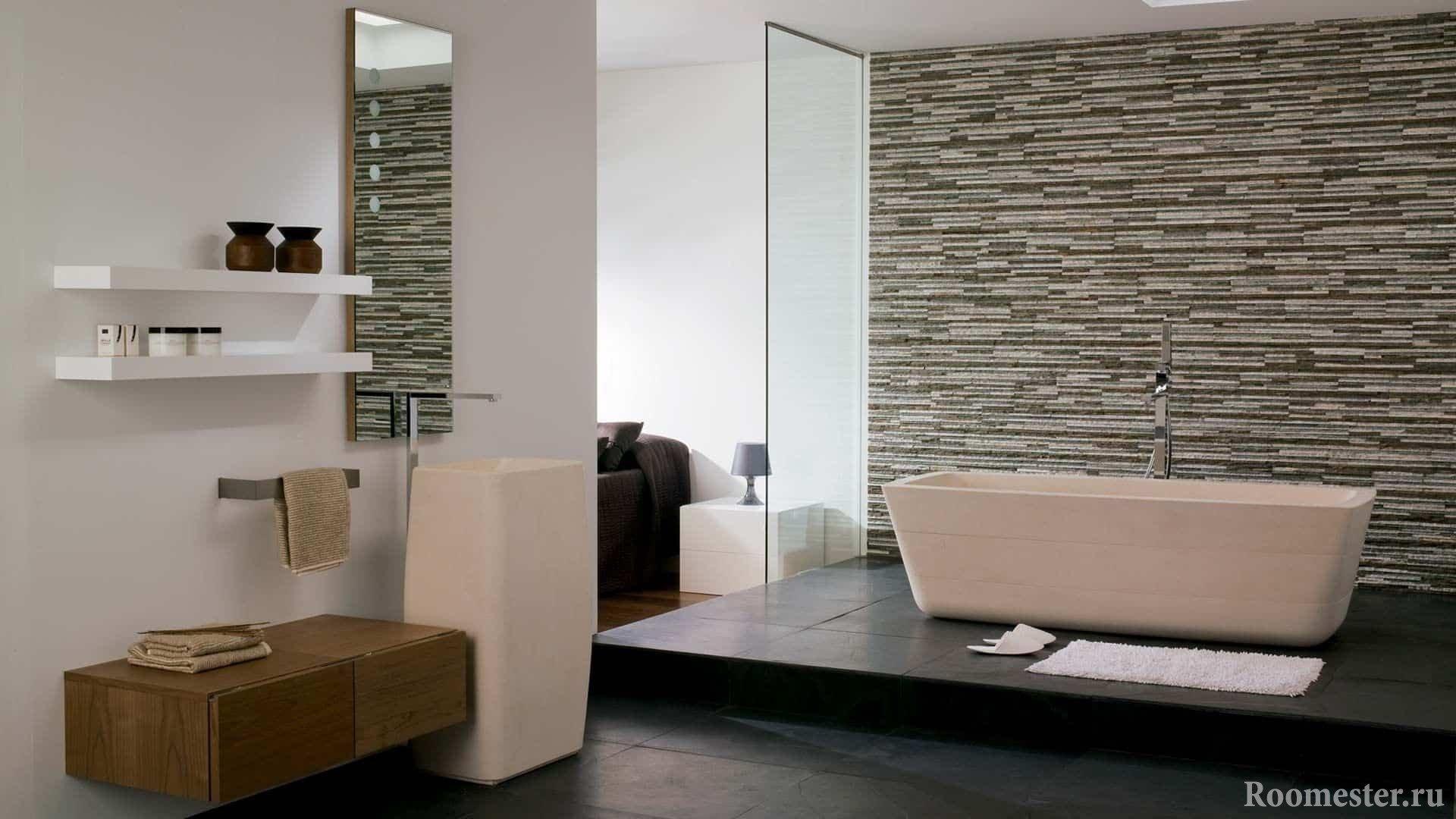 Ванная комната со стенной из камня