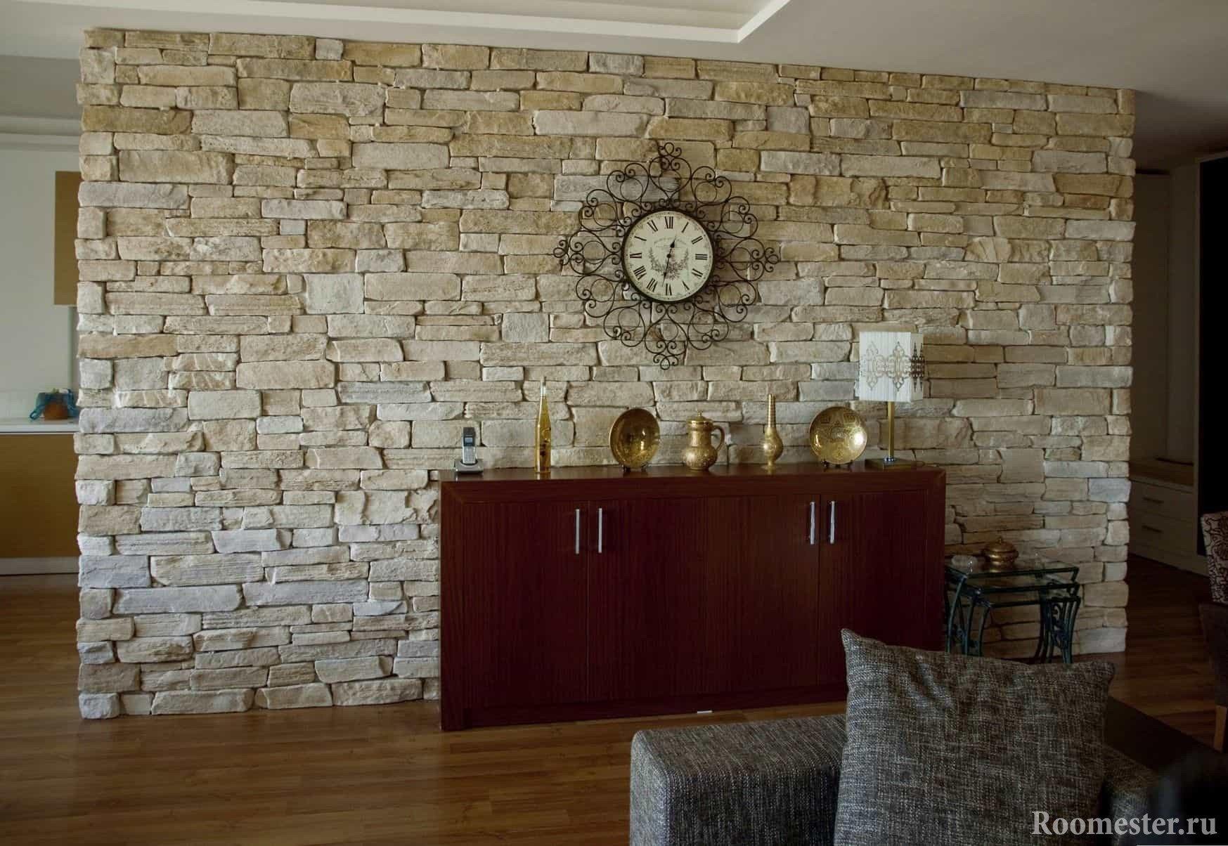 Стена отделанная искусственным камнем