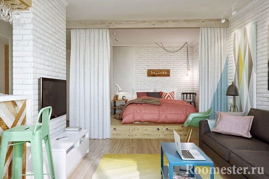 Отделение спальни в гостиной подиумом и шторами