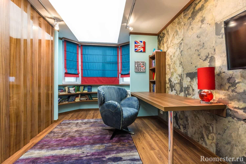 Длинная комната сделанная под кабинет с яркими элементами декора в стиле гранж