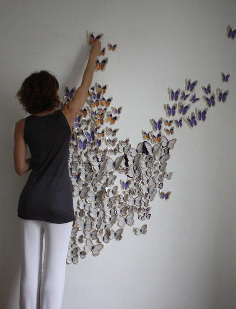 Клеим бабочек к стене