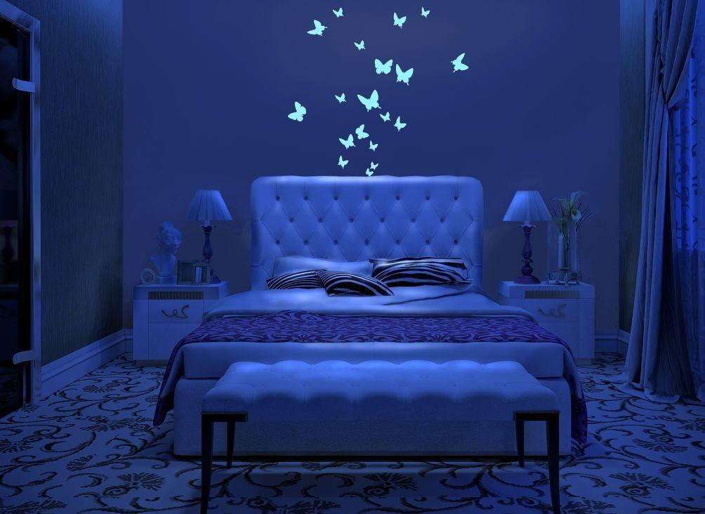 Светящиеся бабочки в интерьере спальни
