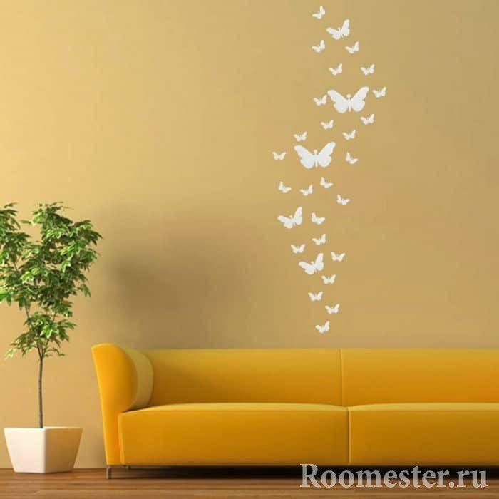 Желтая стена с белыми бабочками