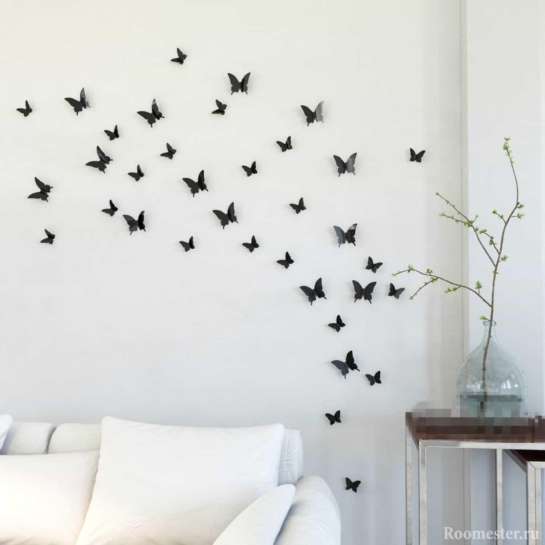 Черные бабочки на белой стене