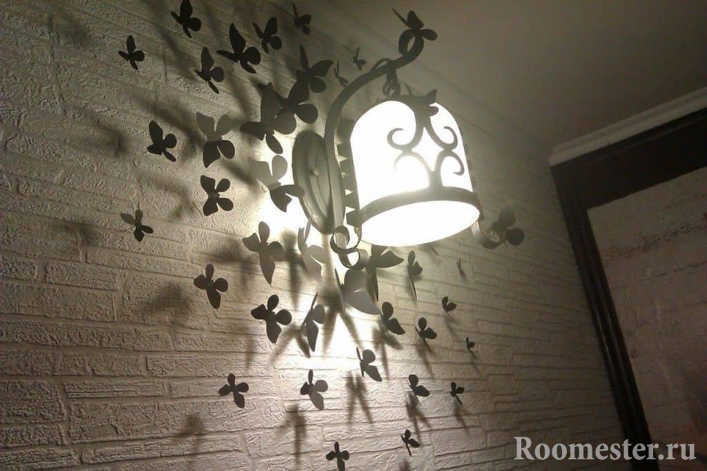 Бабочки на стене со светильником