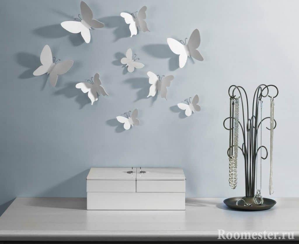 Стена с белыми бабочками