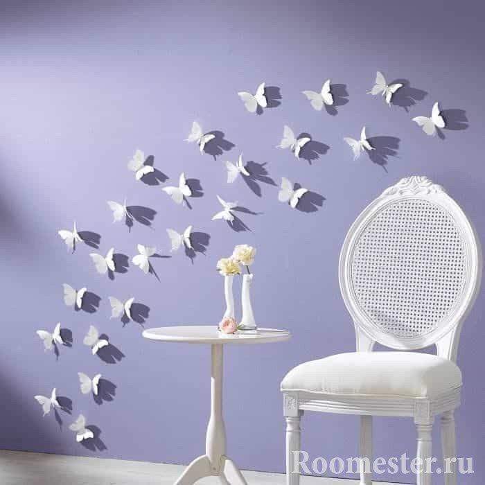 Композиция из белых бабочек на стене