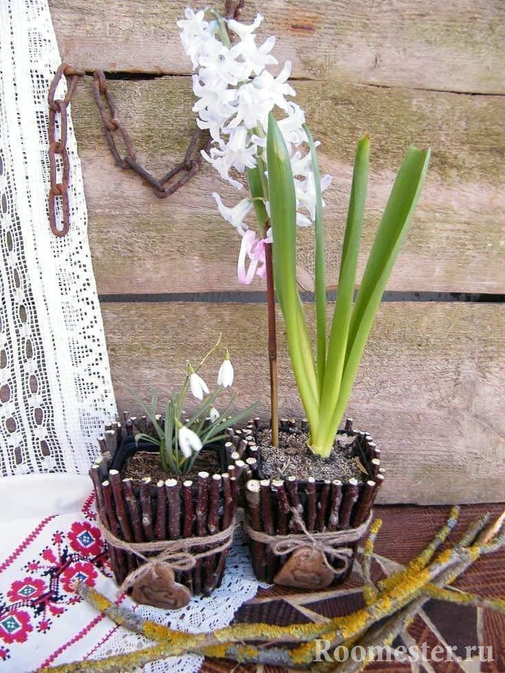 Цветочный горшок декорированный березовыми ветками