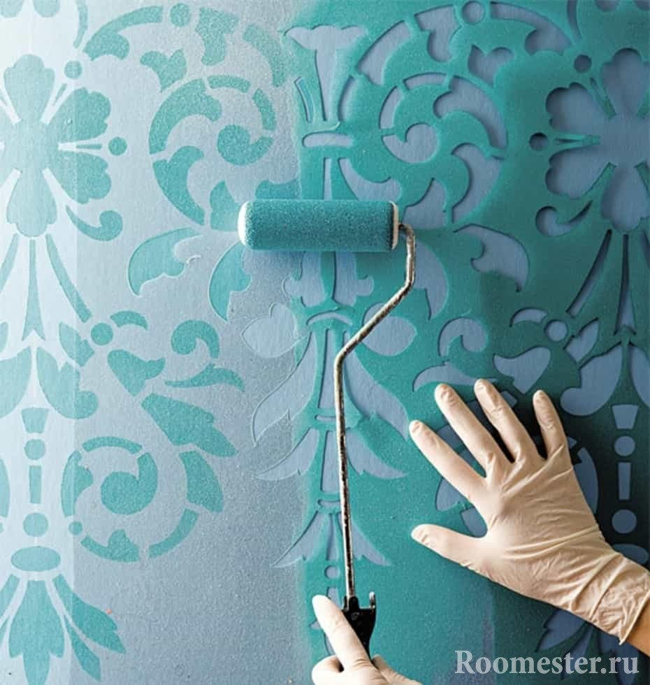 Окрашивание стен с помощью трафорета