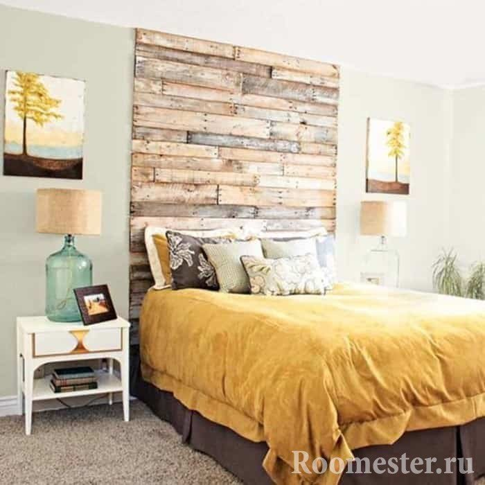 Спальня с деревянным изголовьем