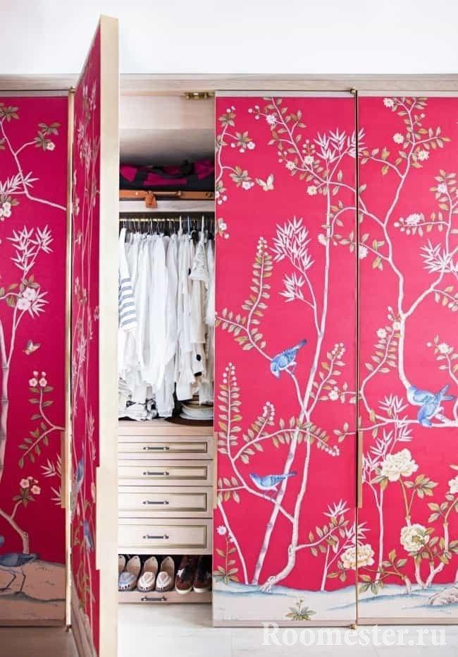 Ткань на створках дверей шкафа