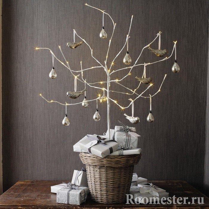 Дерево в плетеной корзине