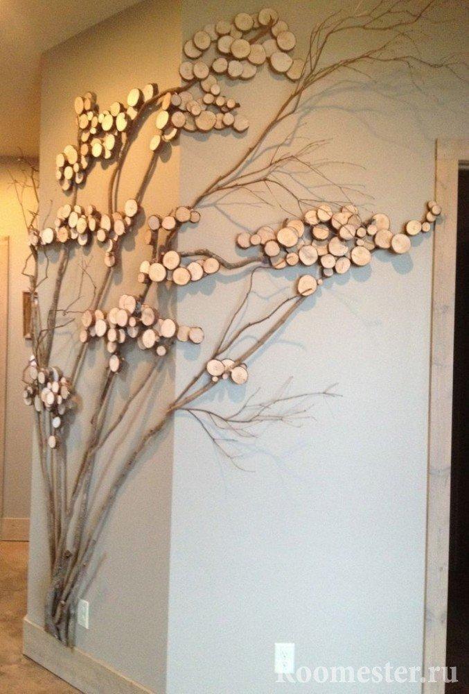 Декор стены ветками и спилами деревьев