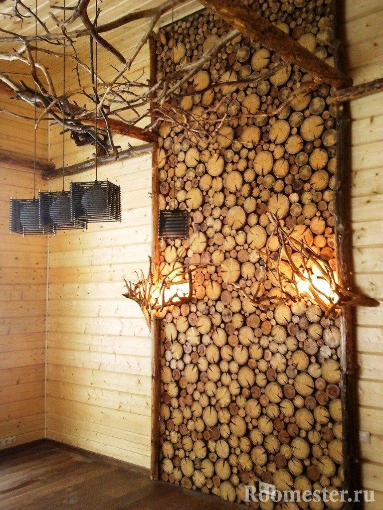 Декор стены спилами деревьев