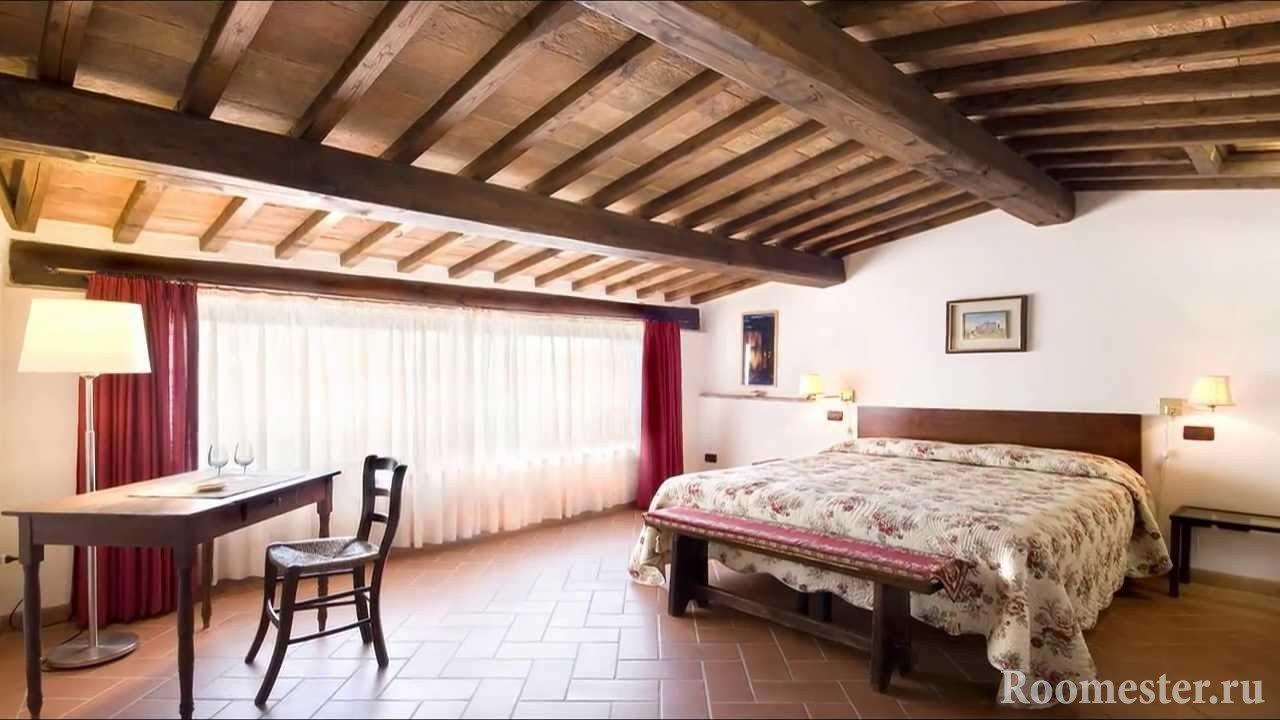 Деревянный потолок из балок
