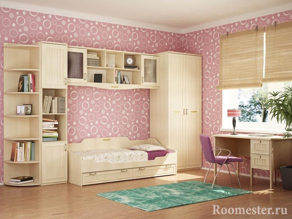 Просторная спальня девочки