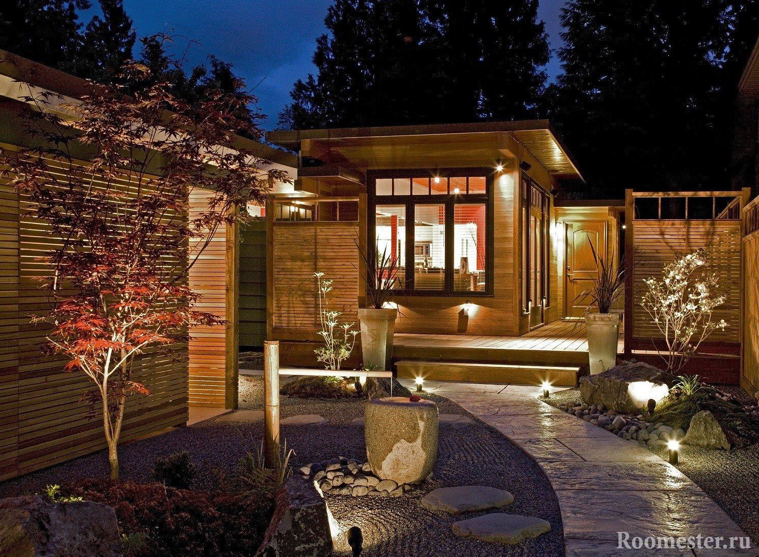 Вечерий вид двора частного дома