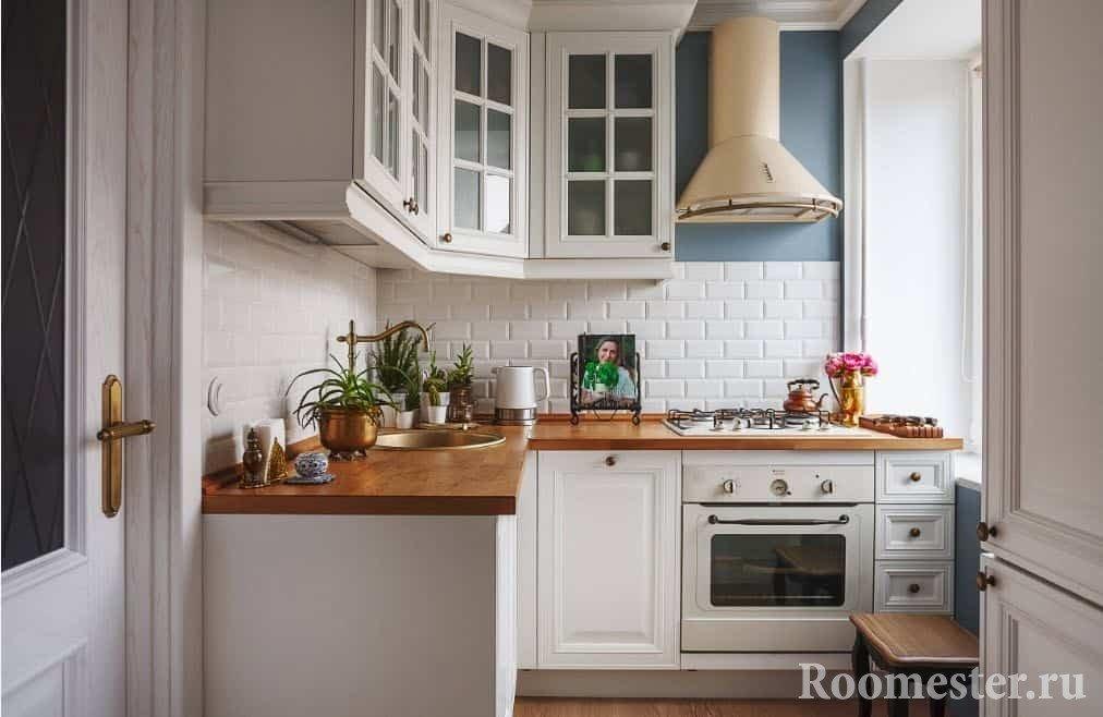 Г-образная кухня с окном