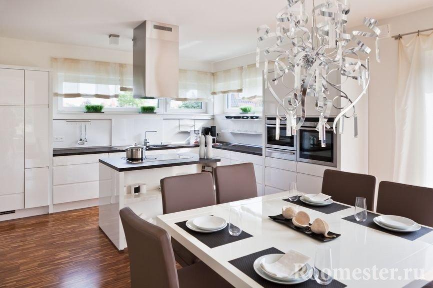 Белоснежная кухня с красивой люстрой