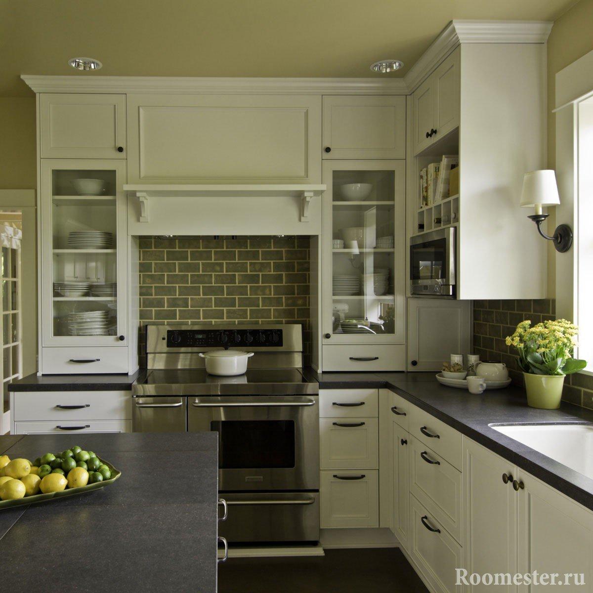 Небольшая кухня белого цвета