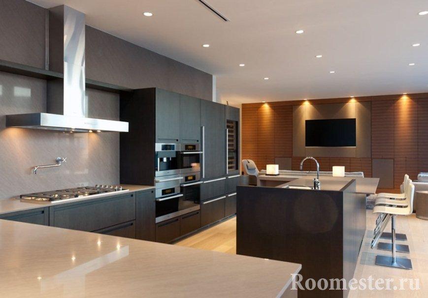 Черная просторная кухня