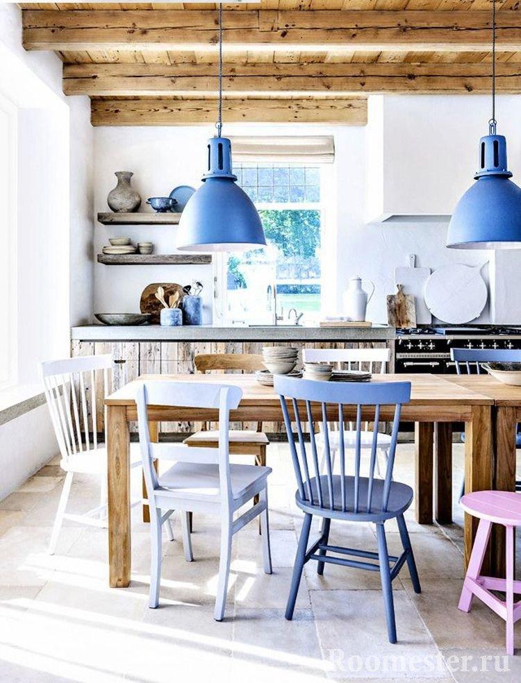 Цветные элементы декора кухни и балки на потолке