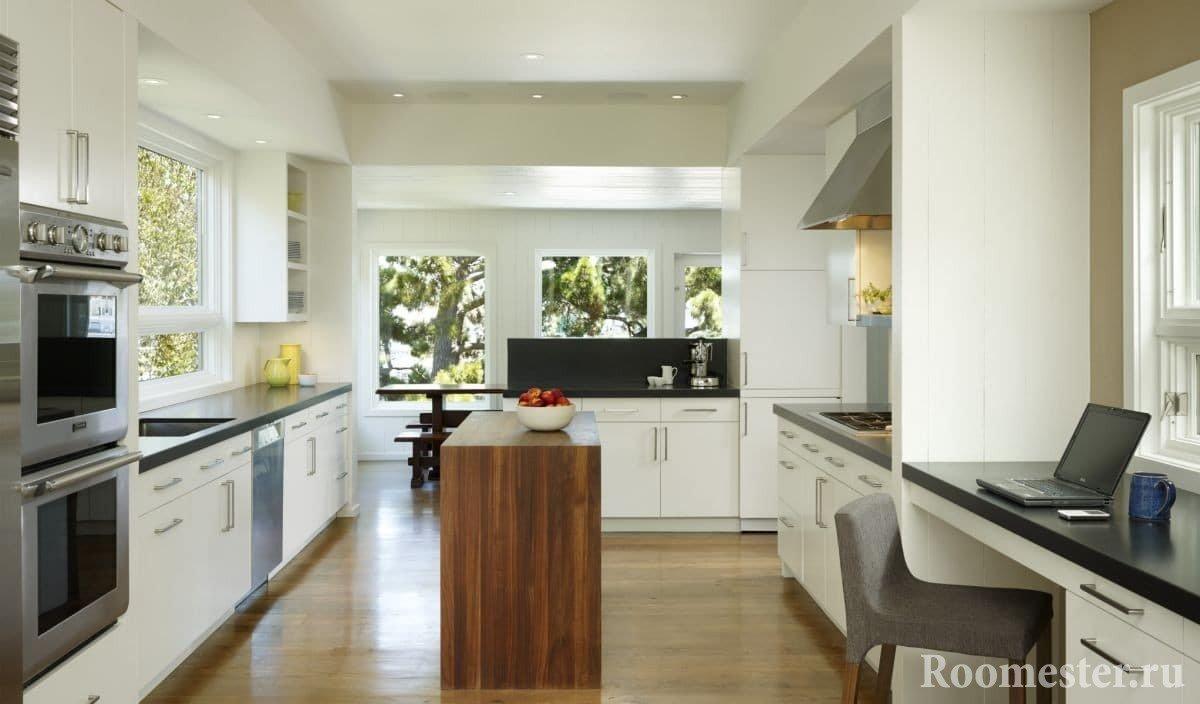 Кухня со множеством окон на разные стороны участка