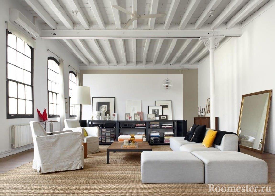 Дизайн потолка с балками выкрашенными в белый цвет