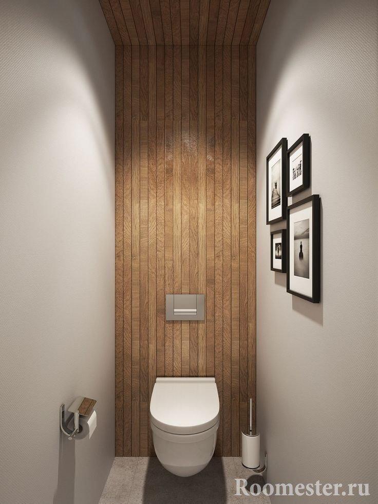 Санузел с деревянным потолком и стеной
