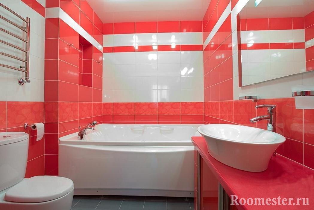 Бело-красная плитка в ванной