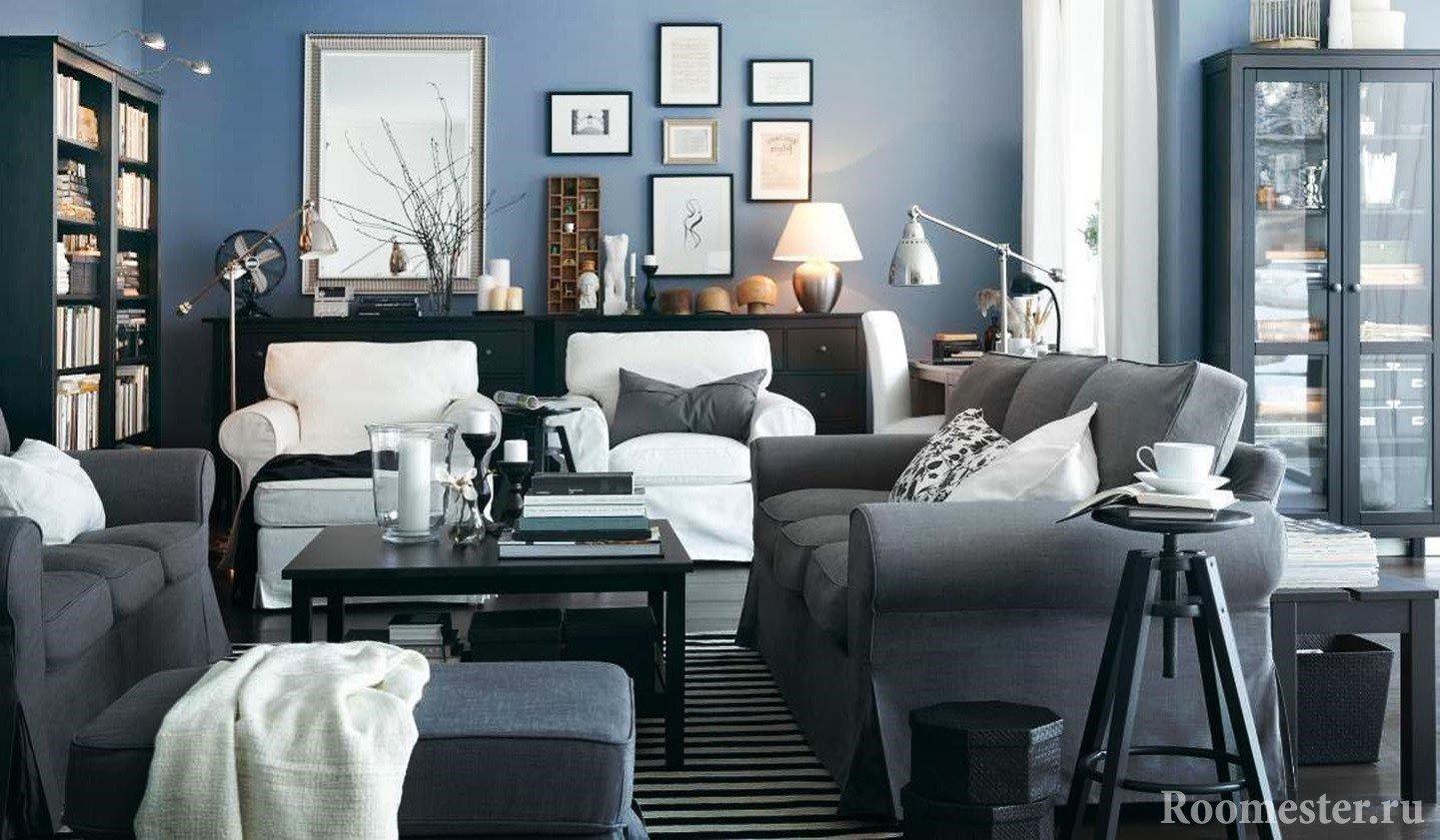 Гостиная со стенами голубых цветов