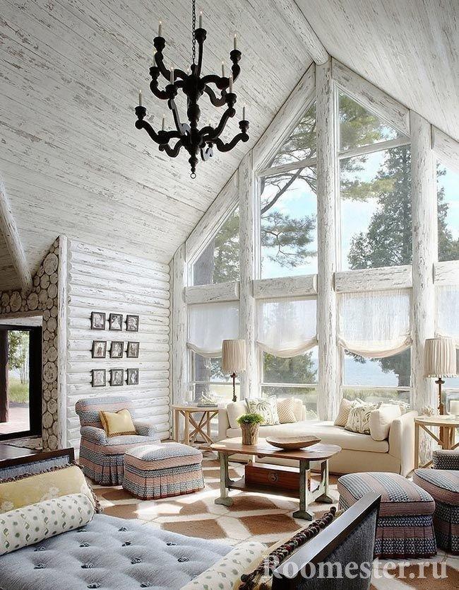Белая гостиная бревенчатого дома