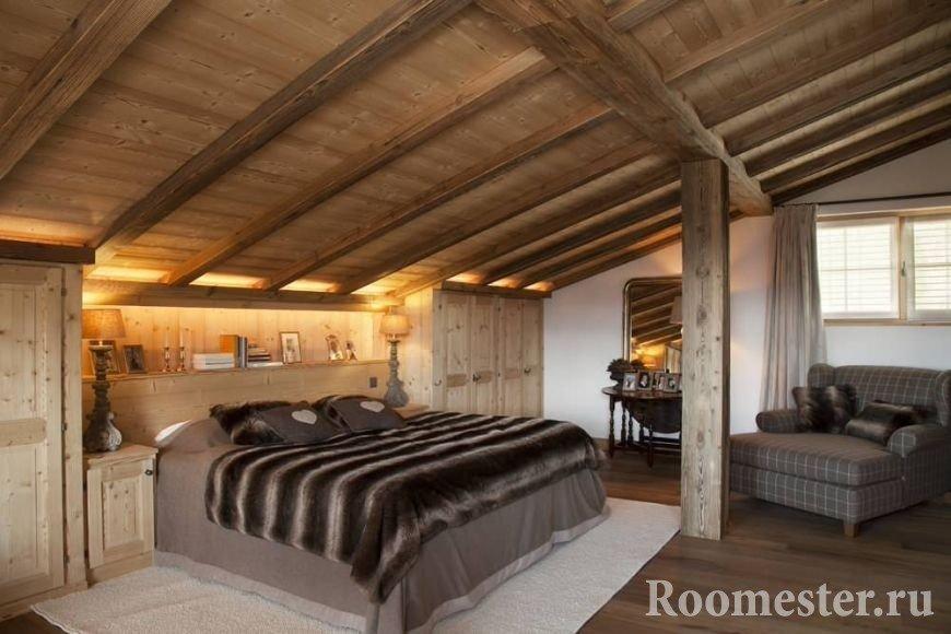 Спальня с мансардным деревянным потолком
