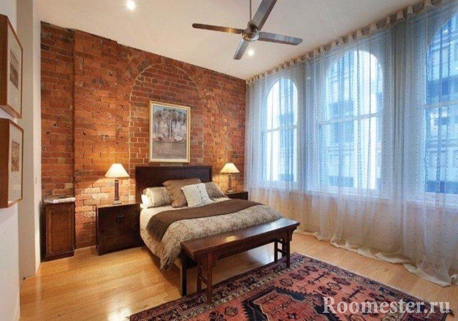 Стильная спальня с ковром