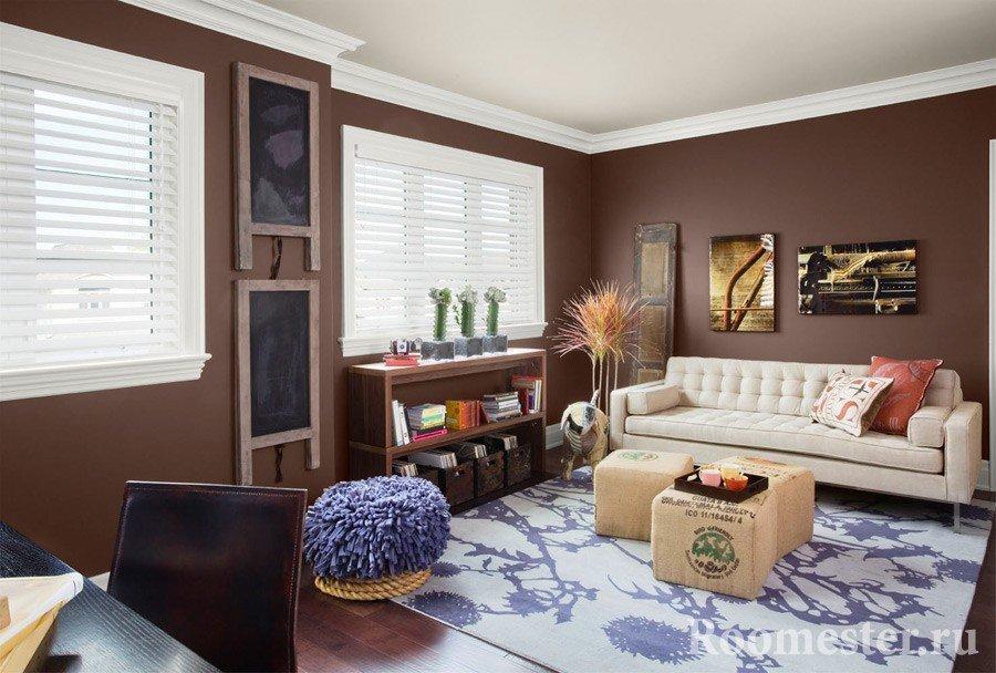 Коричневый интерьер и яркие детали в комнате