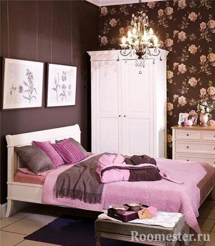 Розовый текстиль в коричневом интерьере