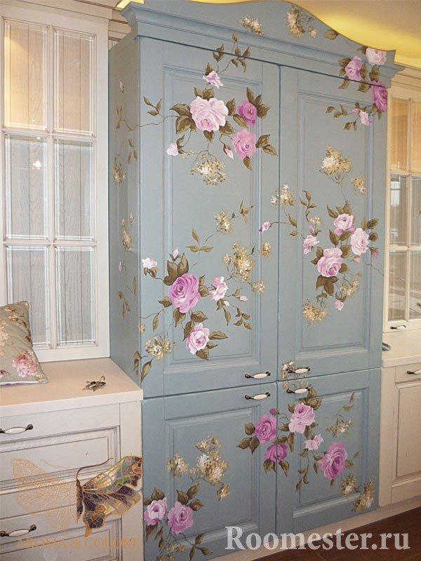 Нарисованные розы на шкафу