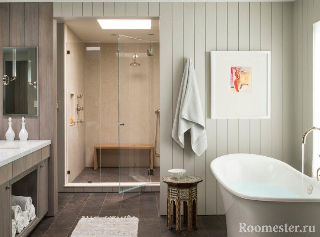 Сочетание пластиковых и деревянных панелей в ванной