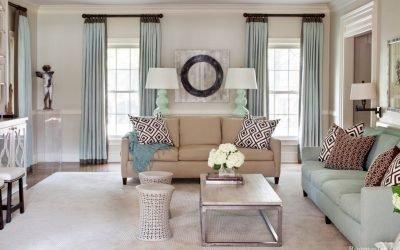 Дизайн гостиной с двумя окнами — 25 фото