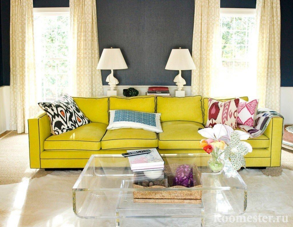 Дизайн гостиной с двумя окнами: на одной стене, на разных - фото примеры