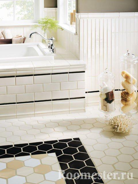 Белая ванна с акцентами на полу
