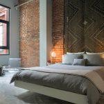 Кирпичная стена в спальной комнате