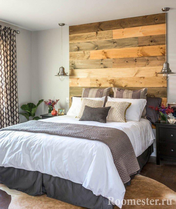 Деревянное изголовье над кроватью