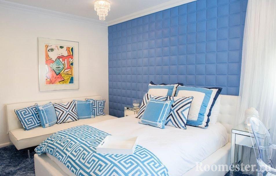 Мягкое изголовье и стена в спальной комнате