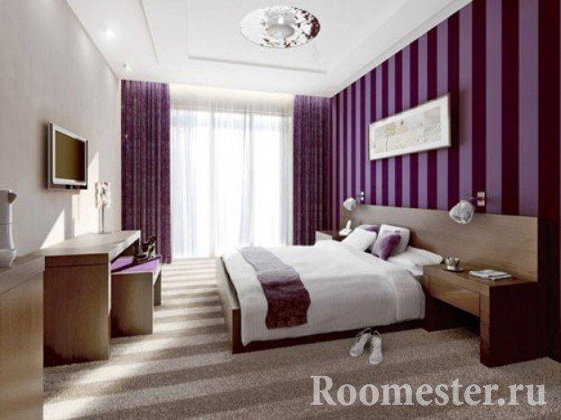 Спальня с обоями в фиолетовую полоску