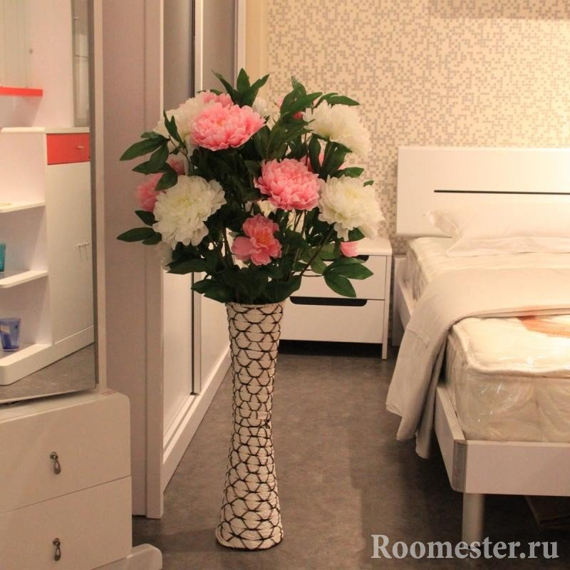 Искусственные пионы в спальне
