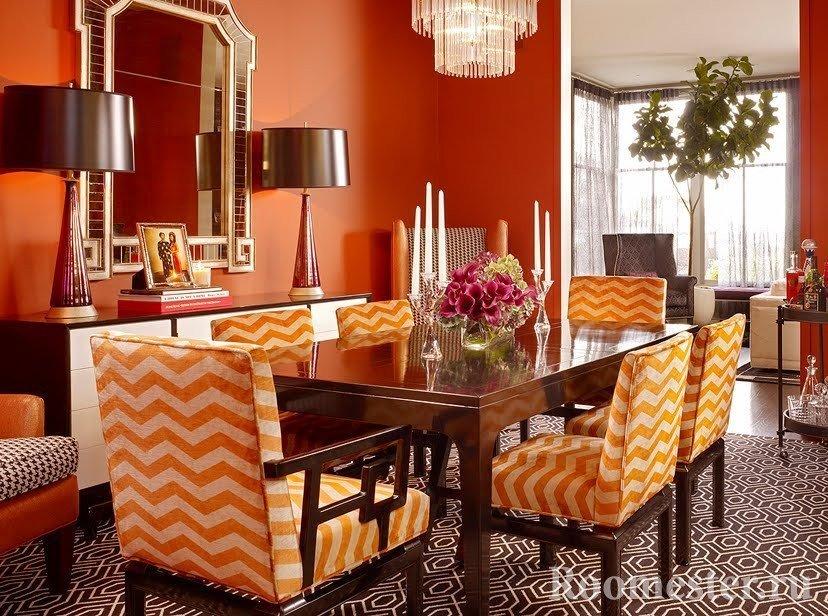Оранжевые стулья в столовой