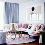 Розовый диван в голубой комнате