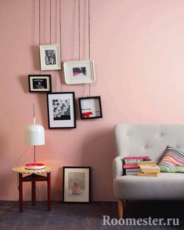 Серый диван на розовом фоне