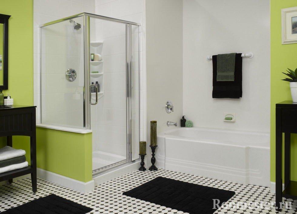 Черно-белая ванная с зеленым
